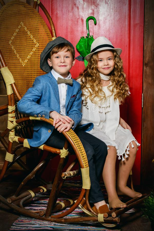 Niños en la silla imagen de archivo libre de regalías