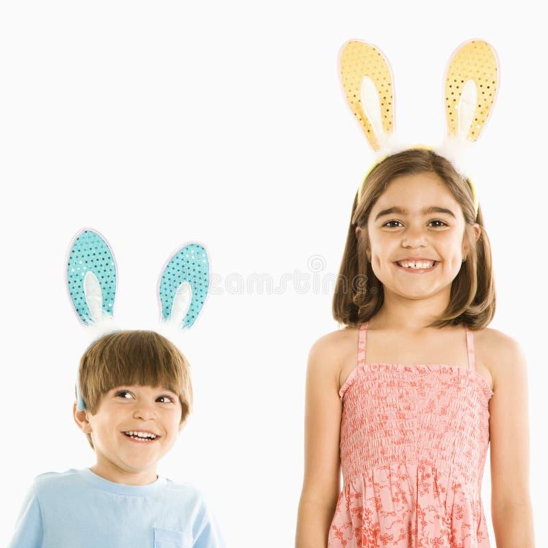 Niños en oídos de conejo. fotografía de archivo libre de regalías
