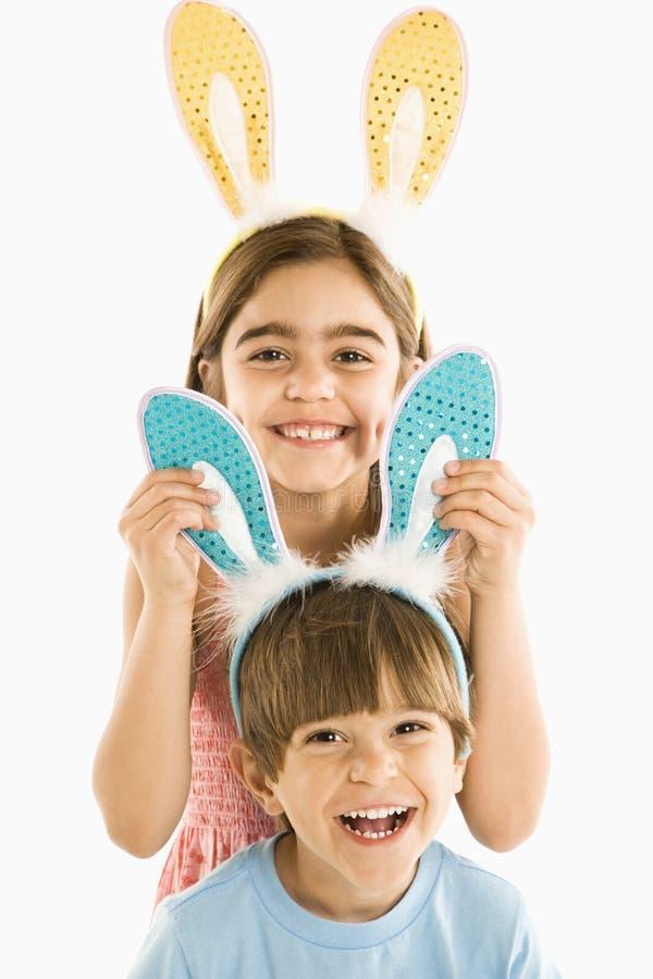 Niños en oídos del conejito. imágenes de archivo libres de regalías