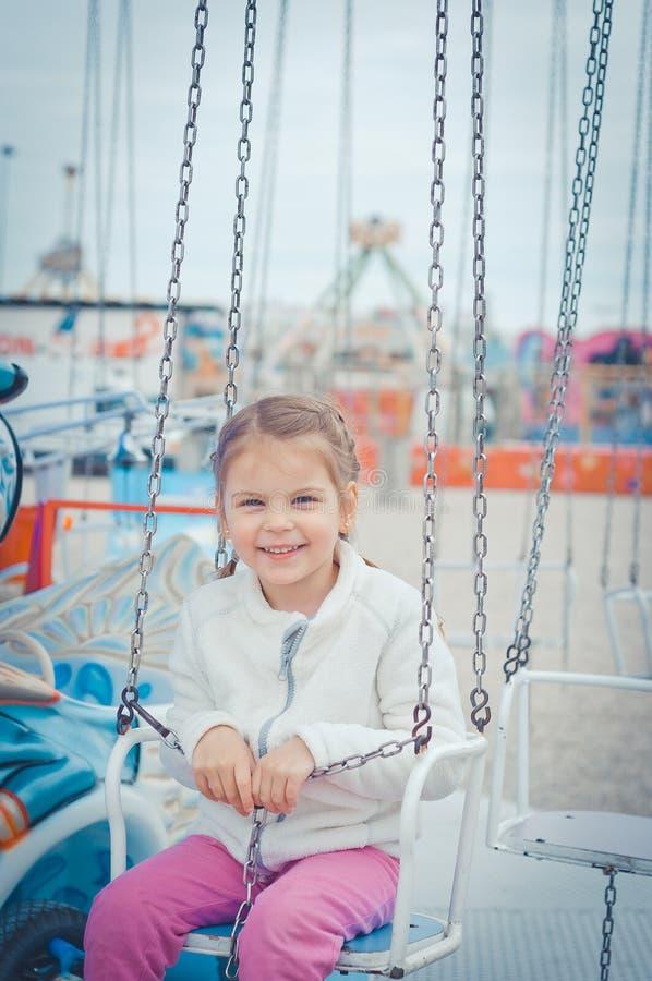Niños en parque de atracciones imagen de archivo libre de regalías