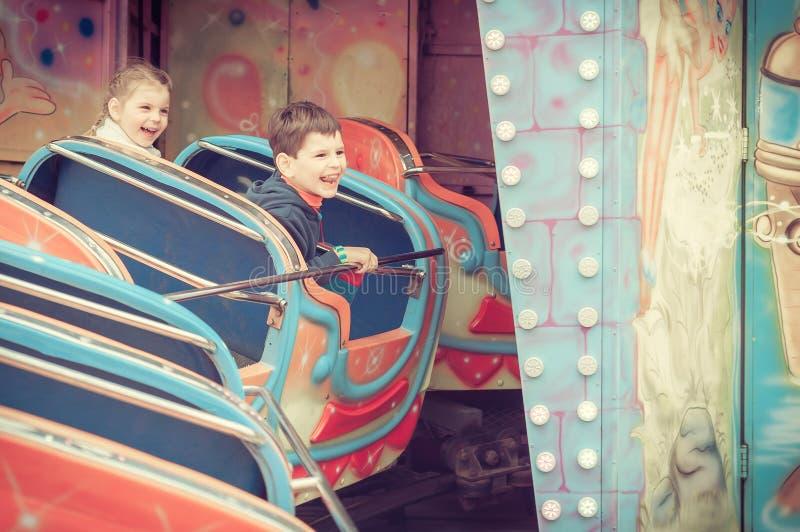 Niños en parque de atracciones fotografía de archivo libre de regalías
