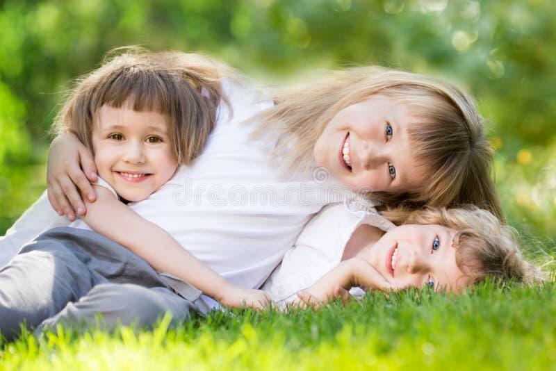 Niños en parque de la primavera imagen de archivo libre de regalías