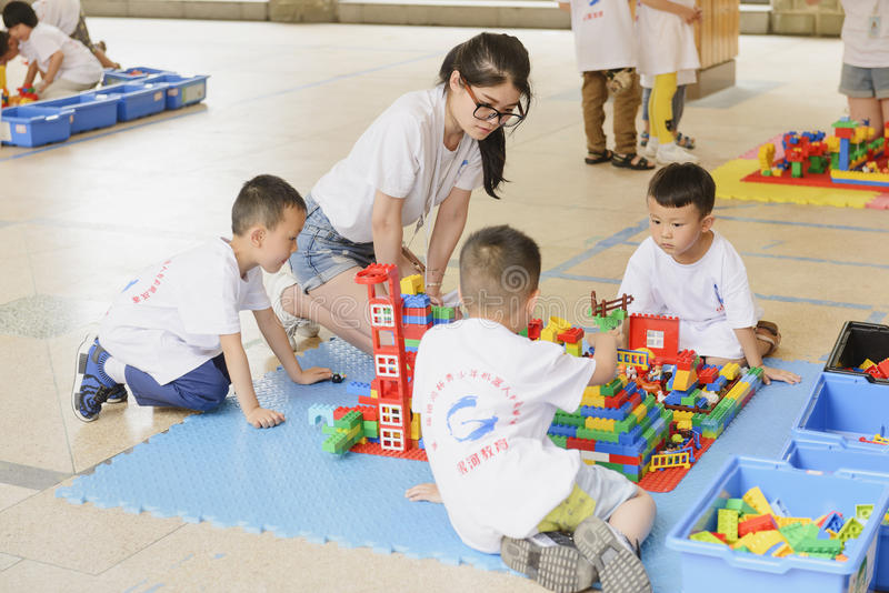 Niños en partido del lego foto de archivo libre de regalías