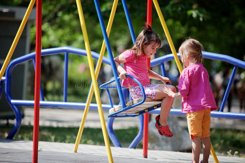 Niños en patio fotografía de archivo