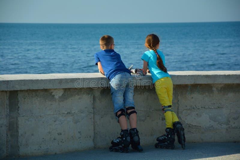 Niños en pcteres de ruedas fotografía de archivo
