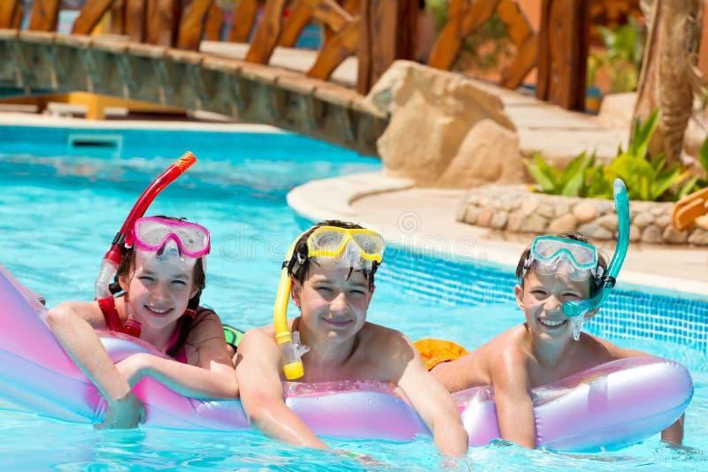 Niños en piscina foto de archivo