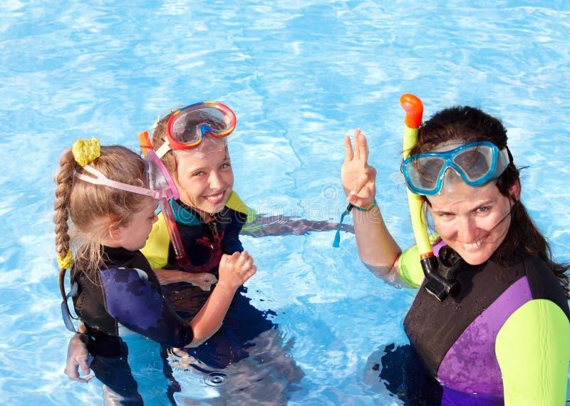 Niños en piscina que aprenden bucear. imagenes de archivo