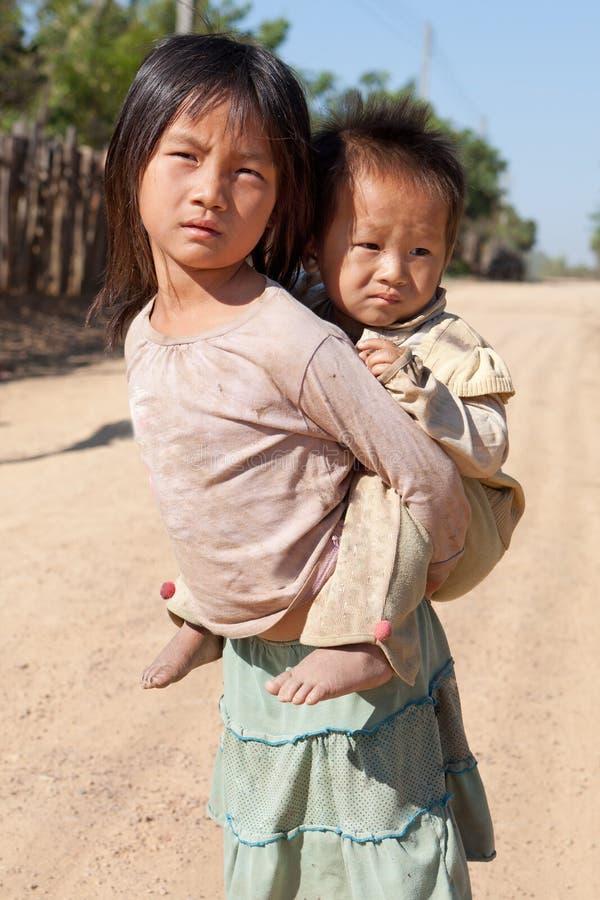 Niños en pobreza imagen de archivo libre de regalías