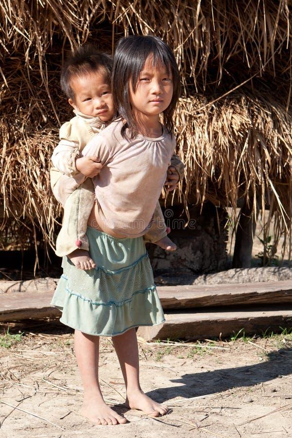 Niños en pobreza imagenes de archivo