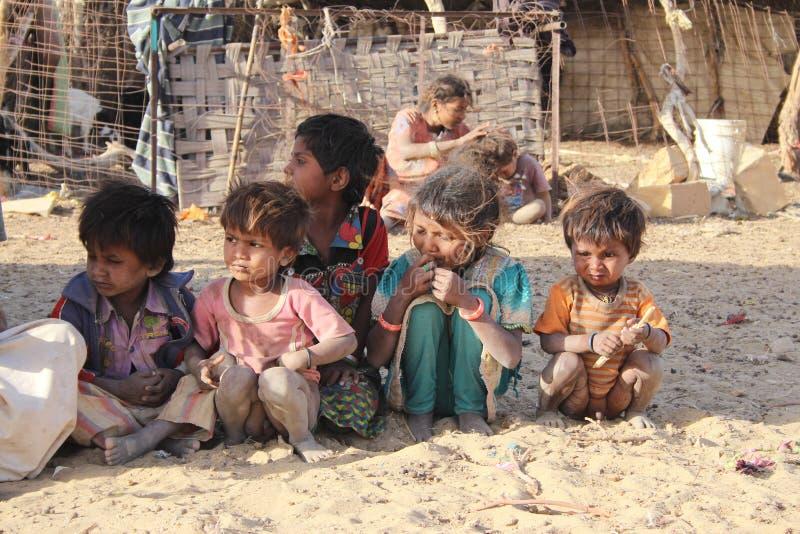 Niños en pueblo indio en el desierto imagen de archivo libre de regalías