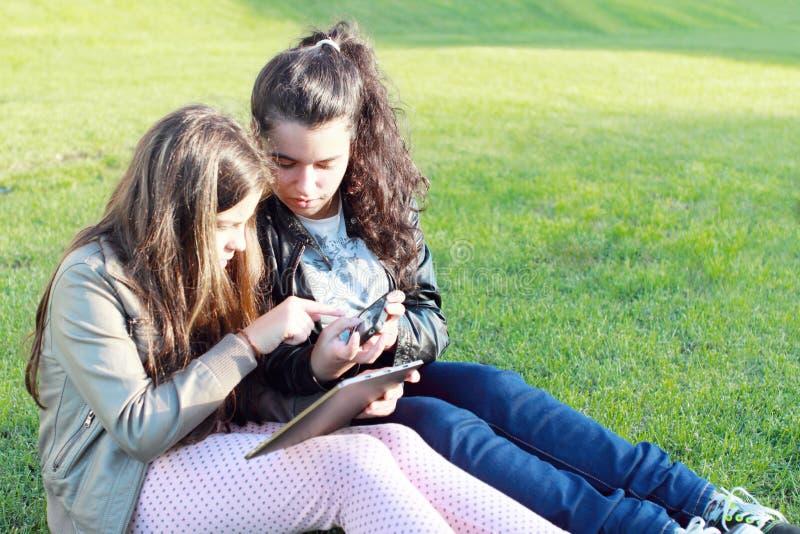 Niños en redes sociales fotos de archivo