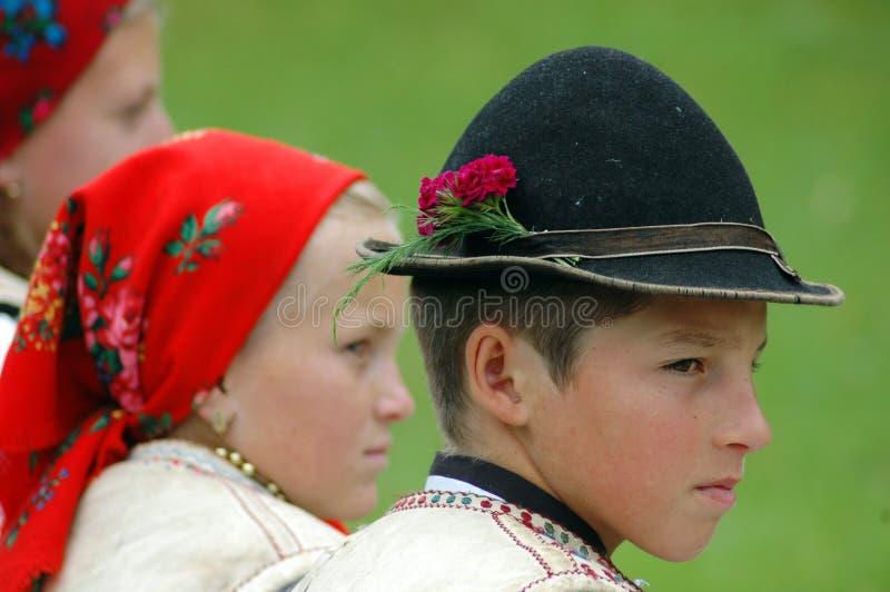 Niños en ropa tradicional imagenes de archivo