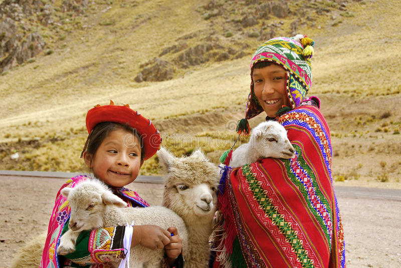 Niños en ropa tradicional fotos de archivo