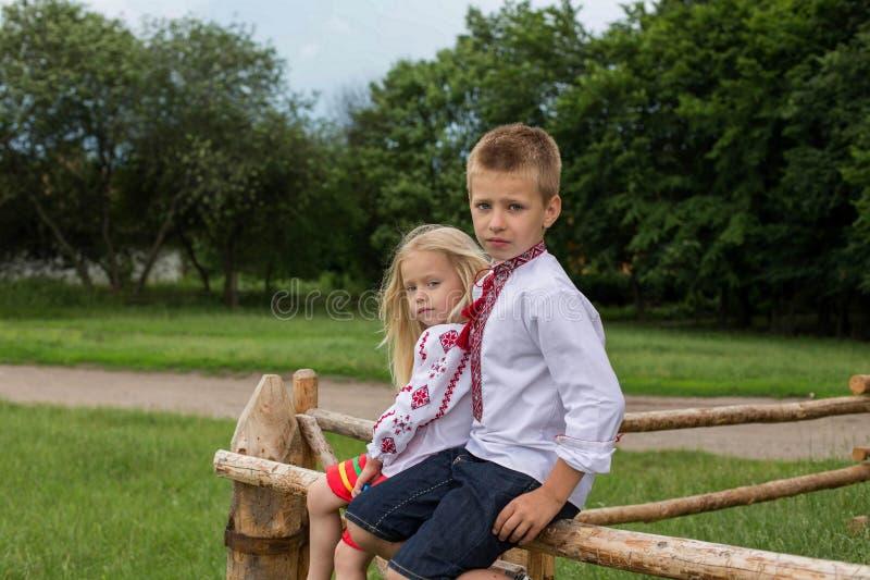 Niños en ropa tradicional ucraniana en el seto imagen de archivo
