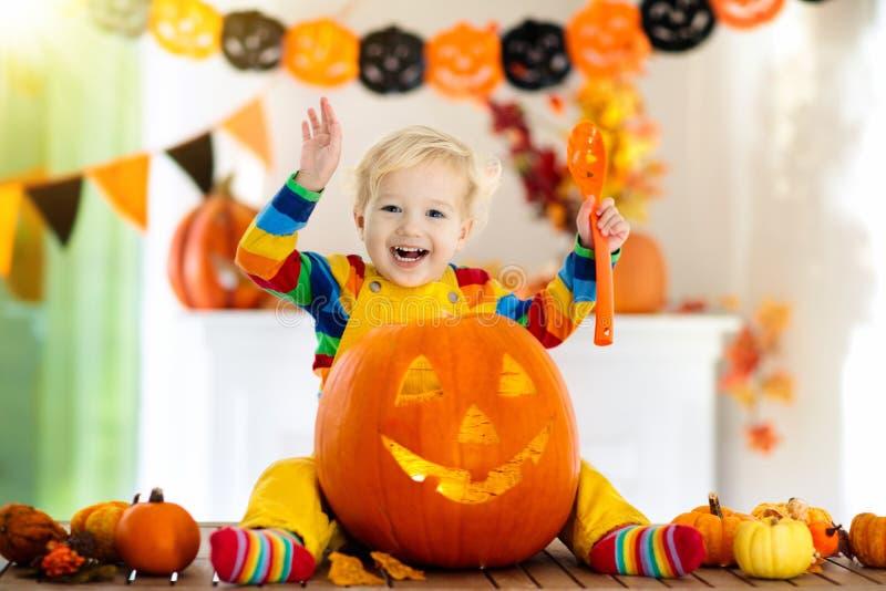 Niños en traje de la bruja en el truco o la invitación de Halloween foto de archivo