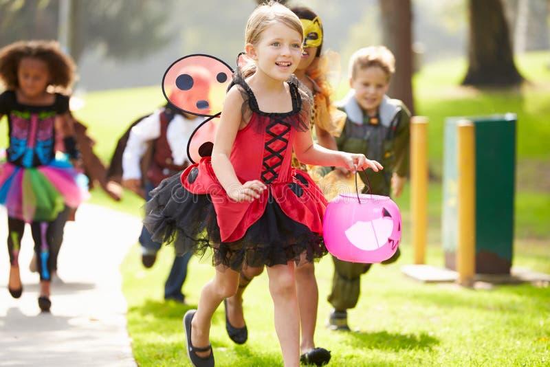 Niños en truco que va o tratar del vestido de lujo del traje imagen de archivo