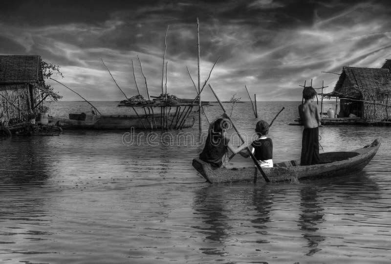 Niños en un barco imagen de archivo