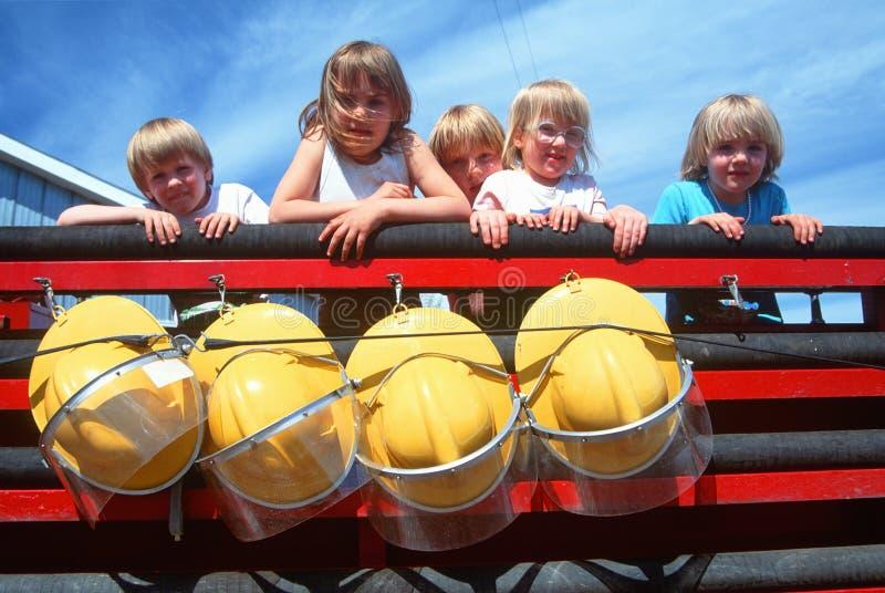 Niños en un firetruck fotografía de archivo
