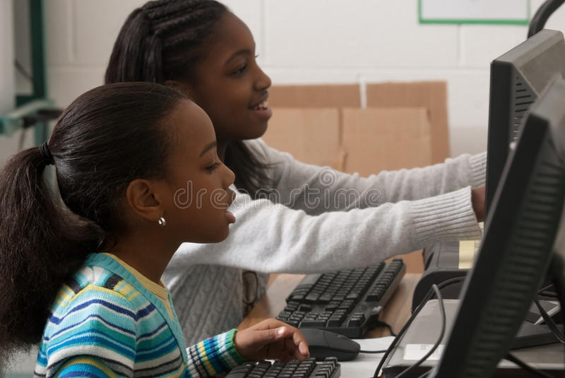 Niños en un ordenador fotografía de archivo