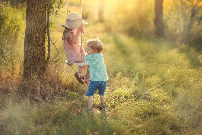 Niños en un oscilación fotografía de archivo libre de regalías