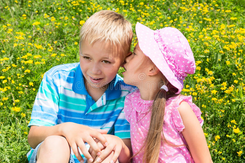 Niños en un parque foto de archivo libre de regalías