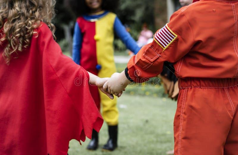 Niños en un partido de Halloween fotos de archivo