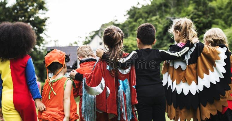 Niños en un partido de Halloween foto de archivo