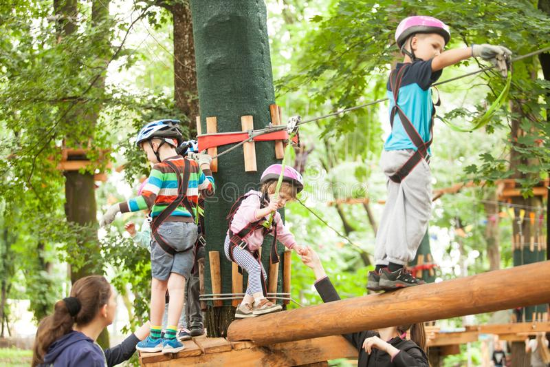 Niños en un patio de la aventura imagenes de archivo