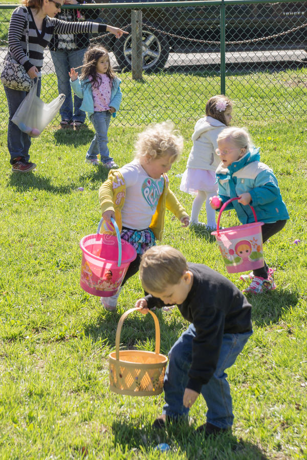 Niños en una caza del huevo de Pascua fotografía de archivo
