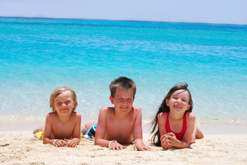 Niños en una playa imagenes de archivo