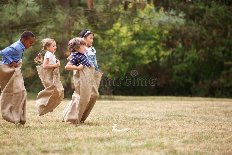 Niños en una raza de saco fotografía de archivo