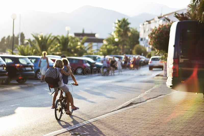 Niños en viajar de las bicis fotografía de archivo