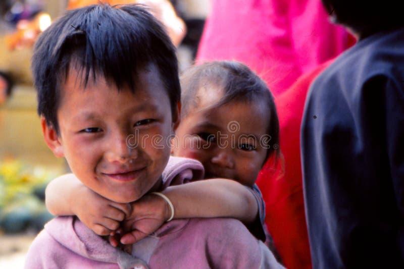 Niños en vida del pueblo rural en Tíbet foto de archivo