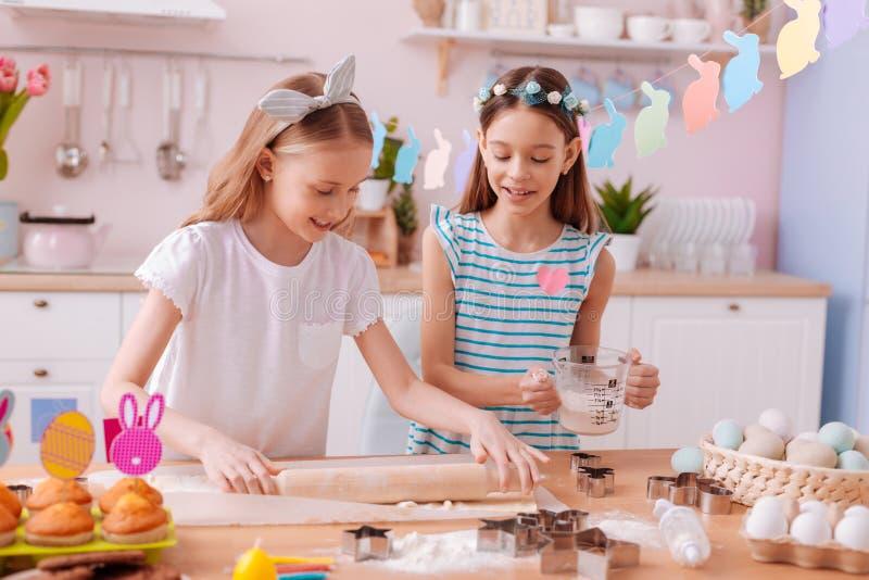 Niños encantados positivos que disfrutan de sus fines de semana caseros imagen de archivo