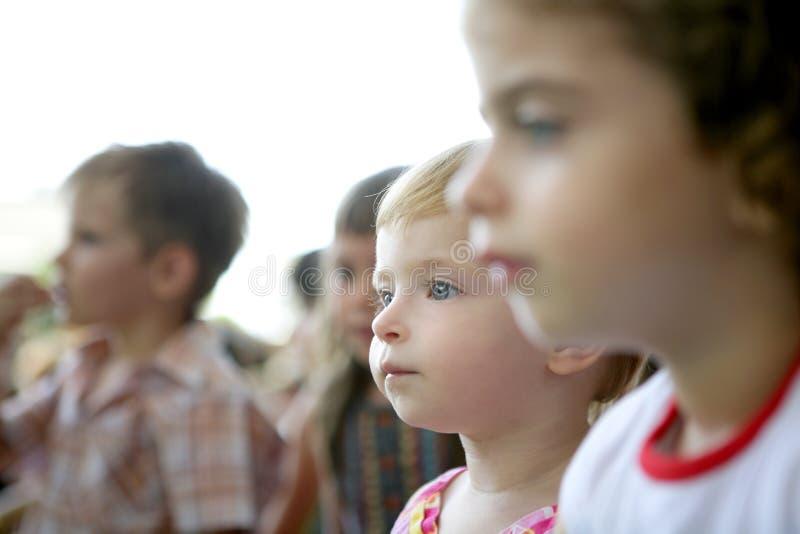 Niños espectadores que miran la demostración fotos de archivo