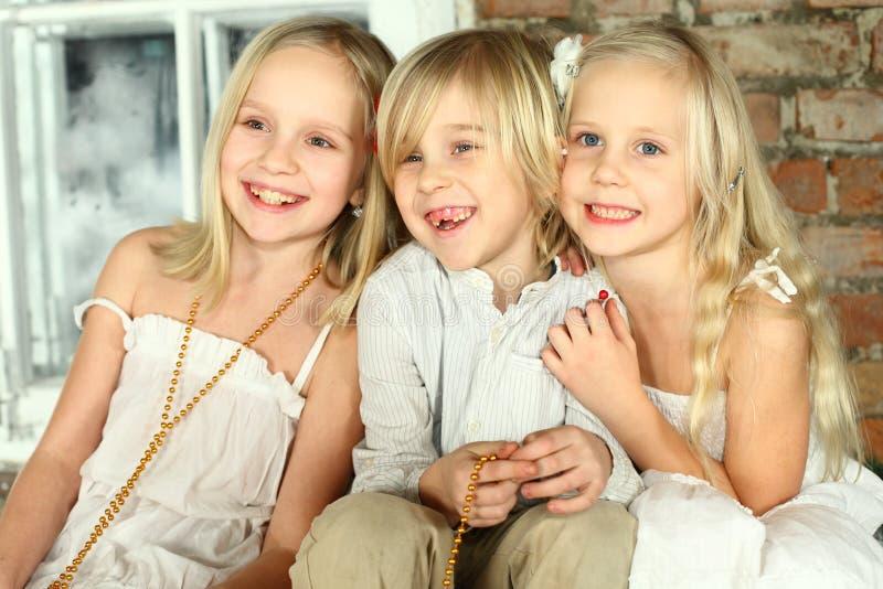 Niños felices - amigos de los cabritos fotografía de archivo