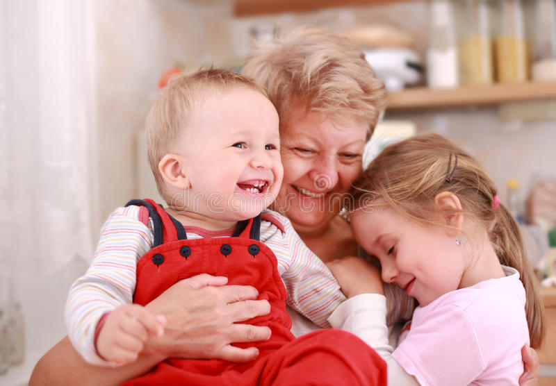 Niños felices con la abuelita foto de archivo libre de regalías