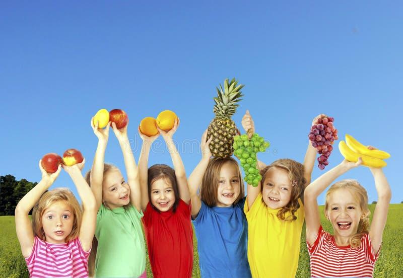 Niños felices con las frutas fotografía de archivo libre de regalías