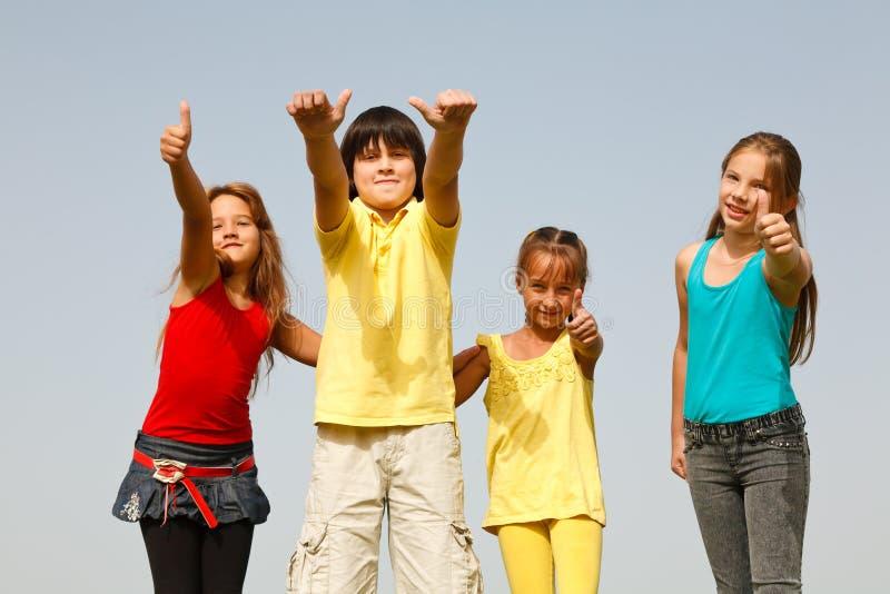 Niños felices con los pulgares para arriba imágenes de archivo libres de regalías