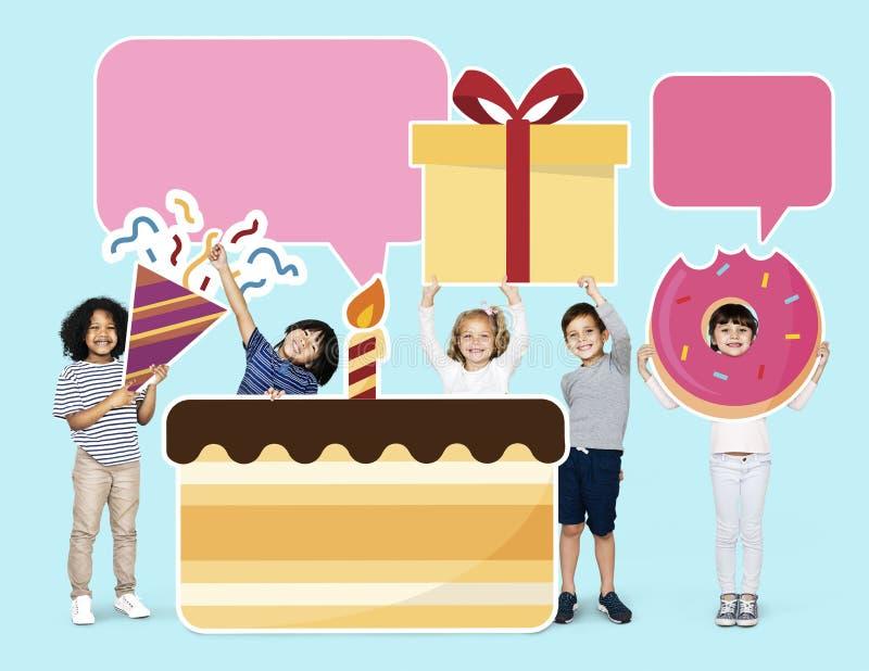 Niños felices con una torta de cumpleaños enorme imagenes de archivo