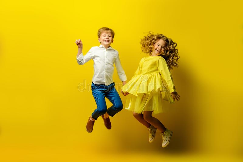 Niños felices de salto fotos de archivo