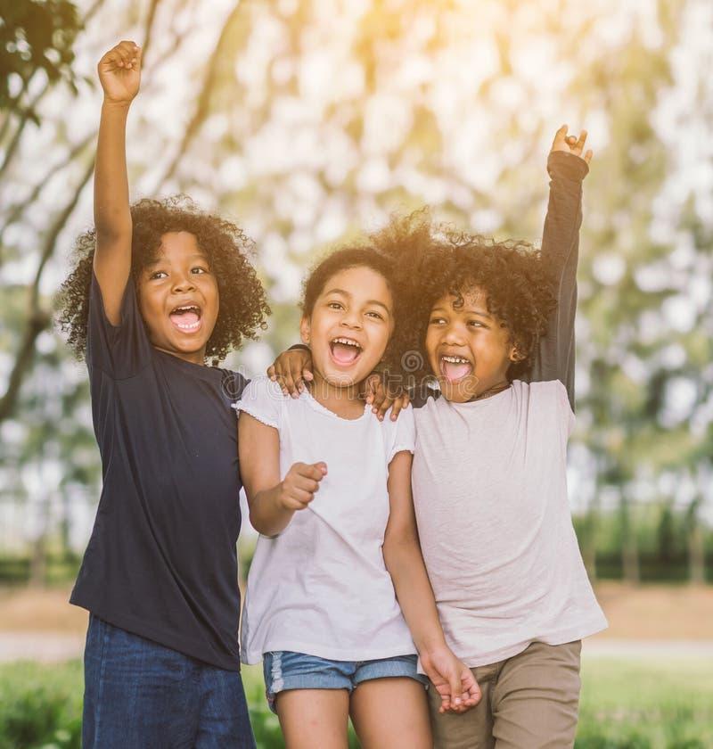 Niños felices del niño de la cara alegre alegres y risa fotos de archivo libres de regalías