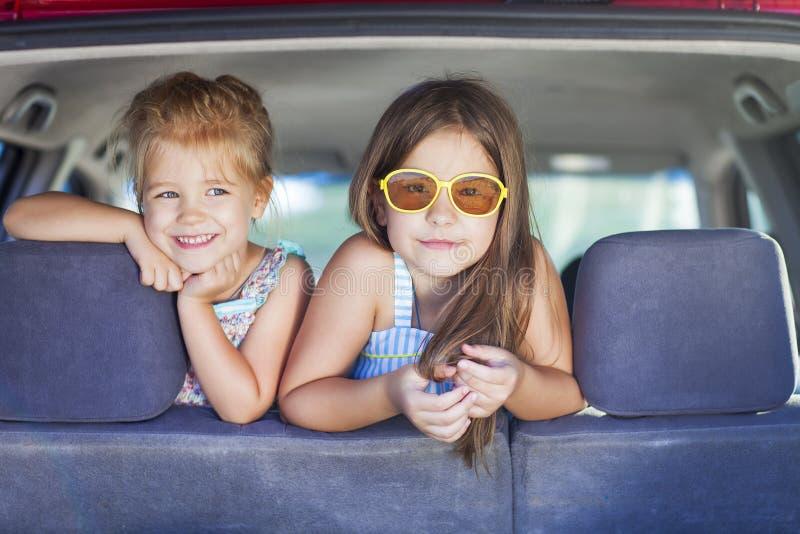 Niños felices en el coche Familia el vacaciones fotografía de archivo