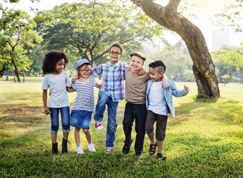 Niños felices en el parque fotografía de archivo