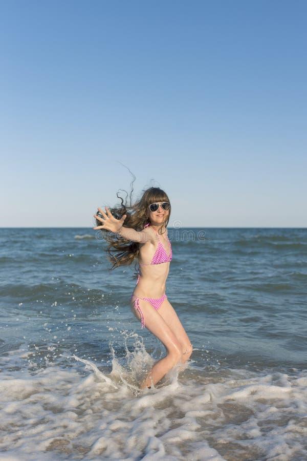 Niños felices en el verano en la playa fotos de archivo