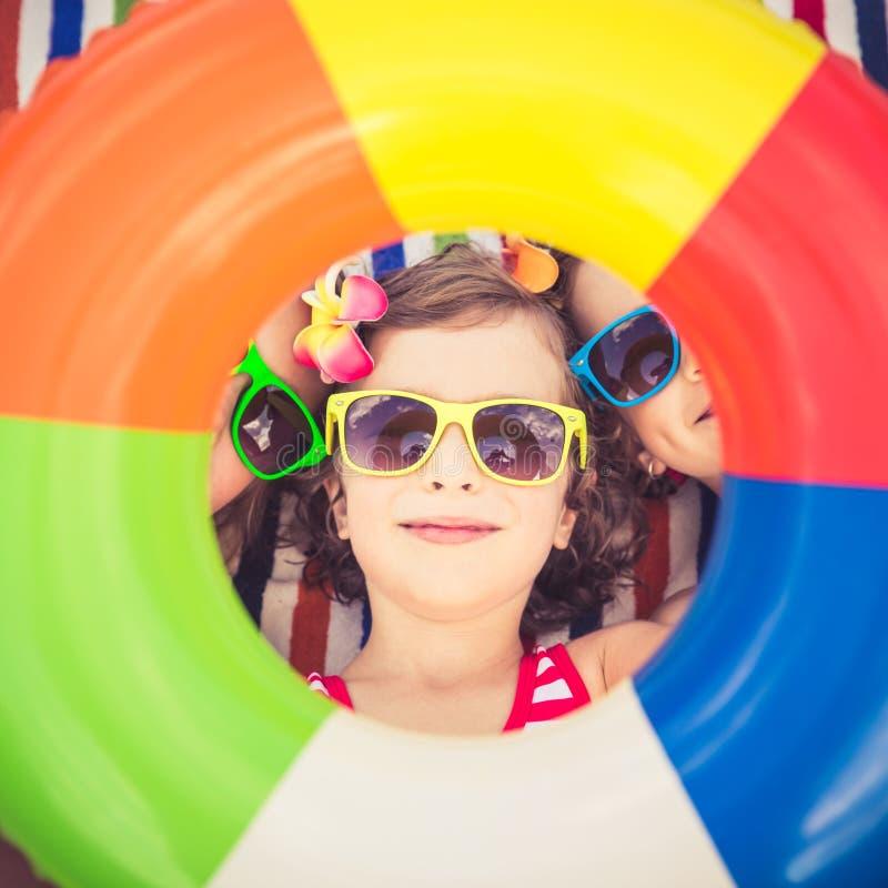 Niños felices en la piscina imágenes de archivo libres de regalías