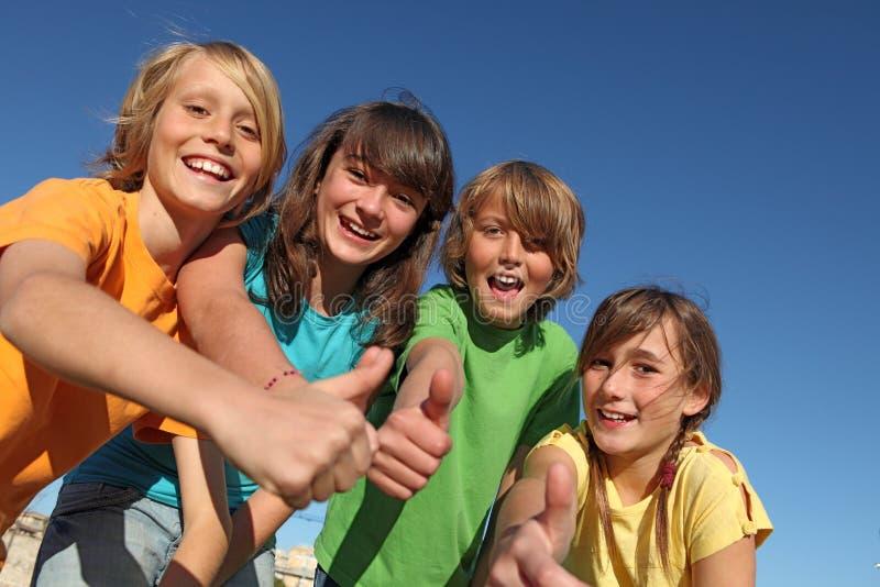 Niños felices en los pulgares del campamento de verano para arriba imagenes de archivo