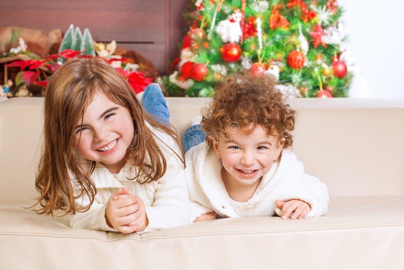 Niños felices en Nochebuena imagenes de archivo