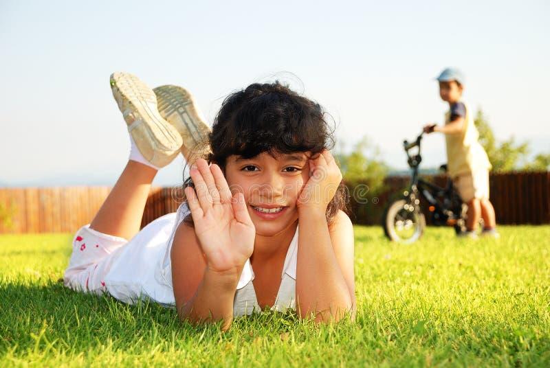 Niños felices en prado verde fotografía de archivo