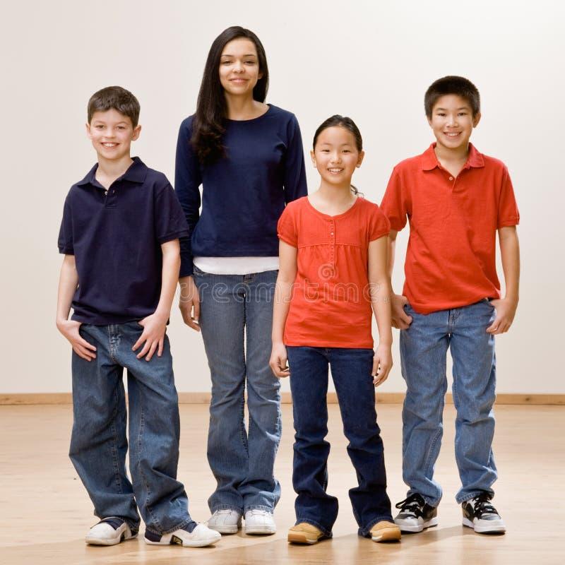 Niños felices en una sonrisa del grupo imagen de archivo